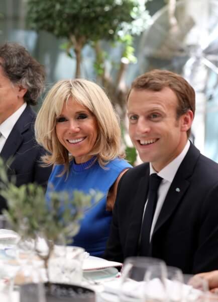 Brigitte Macron, très souriante avec son carré blond et son mari Emmanuel Macron