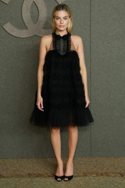Margot Robbie canon avec sa robe courte au col original chez Chanel
