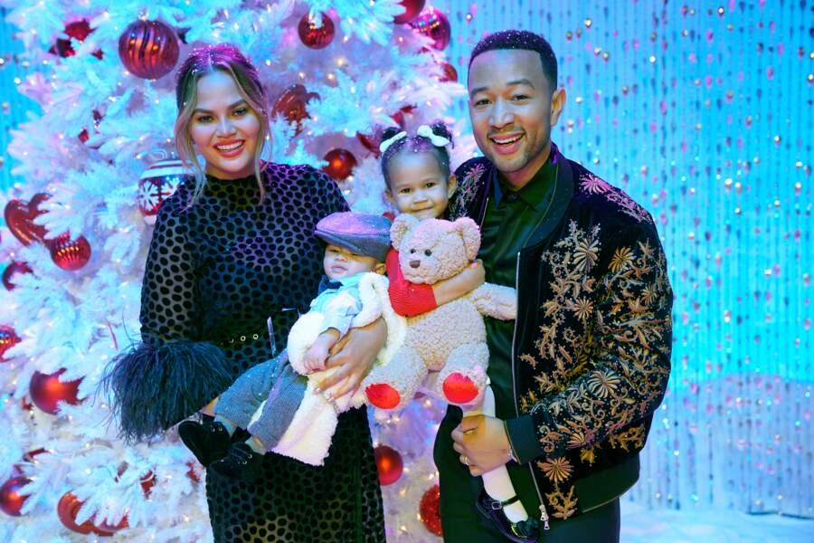 Le top Chrissy Teigen et le chanteur John Legend avec leurs fils Miles (né le 17 mai 2018) et leur fille Luna