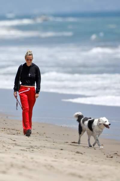 Laeticia Hallyday sur la plage de Malibu avec Cheyenne, la chienne de Johnny.