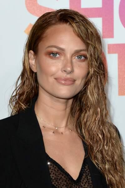 La coiffure one-side associée à l'effet mouillé comme Caroline Receveur
