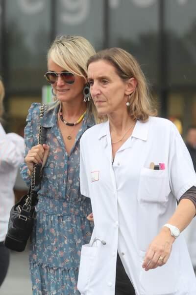 Laeticia Hallyday au CHR de Orléans au bras du Dr Barbara Tisseron, chef de service de pédiatrie générale.