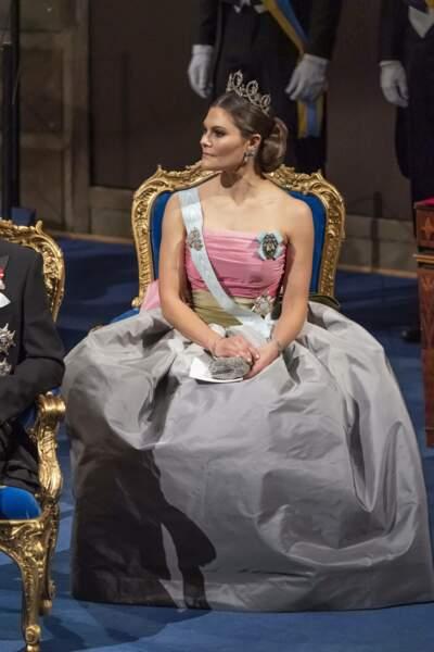 Elle portait une robe bustier rose, argent et vert bronze signée Nina Ricci