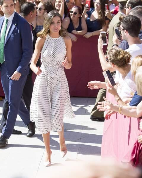 La chaleur caniculaire n'a pas effrayé la monarque en robe vaporeuse Carolina Herrera