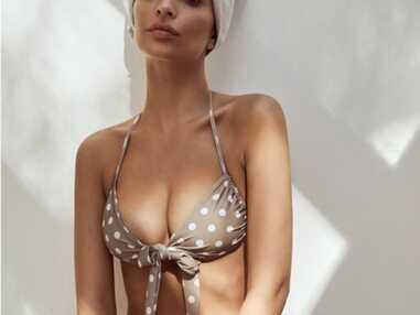 Quand Emily Ratajkowski, topless, vous invite dans son bain
