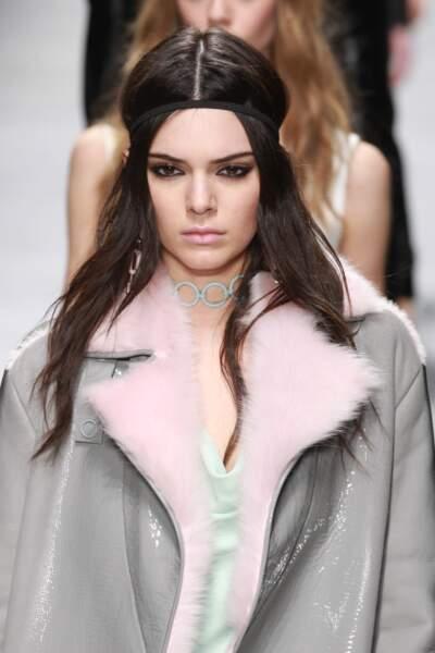 Kendall Jenner d'inspiration néo-hippie avec son bandeau dans les cheveux chez Versace