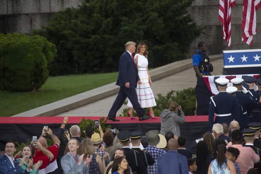 Melania Trump en robe estivale rayée signée Carolina Herrera lors la Fête Nationale le 4 juillet 2019.