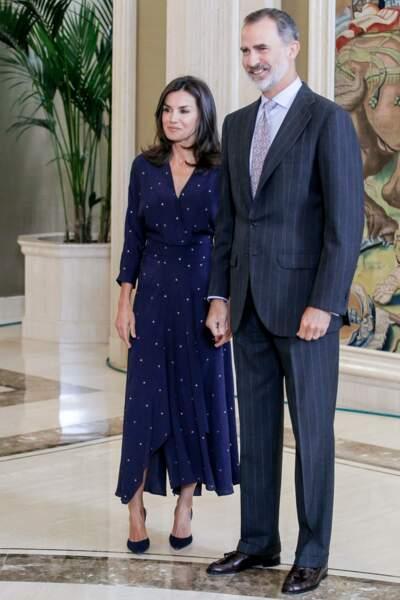 Le roi Felipe VI d'Espagne et sa femme Letizia chic en robe longue en crêpe signée Maje Paris