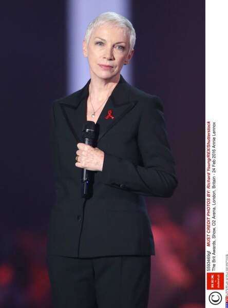 La chanteuse Annie Lennox toujours très rock avec sa coupe très courte et ses cheveux blancs