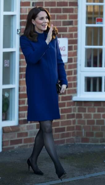 Kate Middleton, radieuse, dans un manteau bleu marine Goat Fashion