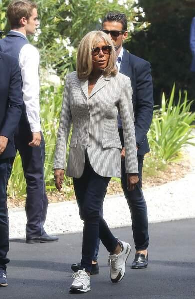Brigitte Macron, élégante en tailleurs rayé et baskets Louis Vuitton