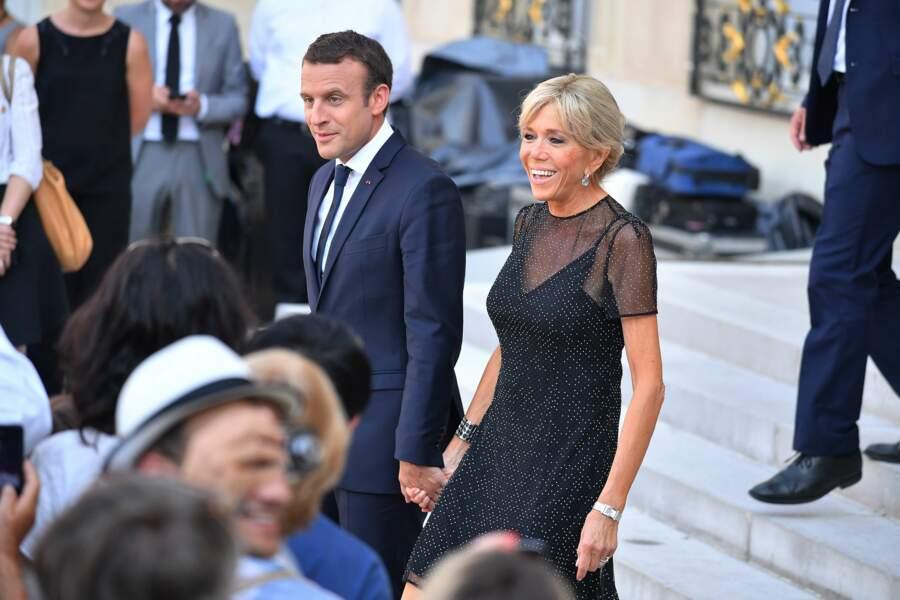 Côté mise en beauté, Brigitte Macron avait adopté son fameux chignon banane décoiffé
