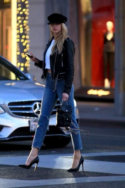 Le mannequin Charlotte McKinney accesoirise son jean d'un prefecto noir et d'un croped top blanc