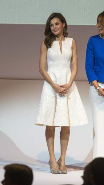 Letizia d'Espagne, longueurs brushées, make-up glamour et robe joliment décolletée