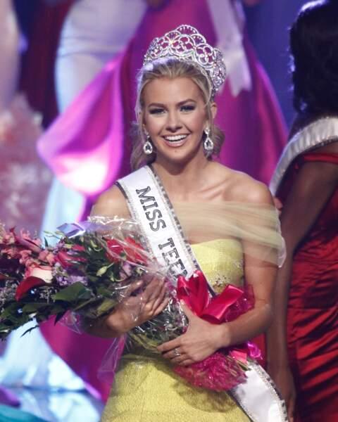 Karlie Hay partage aussi l'appartement avec elles. Elle a été élue Miss Teen USA à Las Vegas le 30 juillet 2016