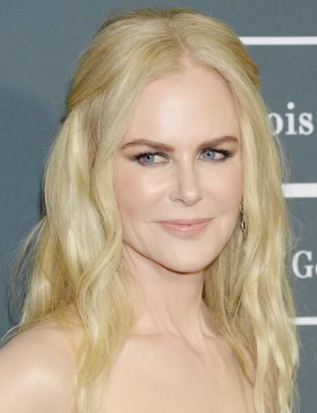 La demie-queue de cheval un must avec des cheveux ondulés comme Nicole Kidman