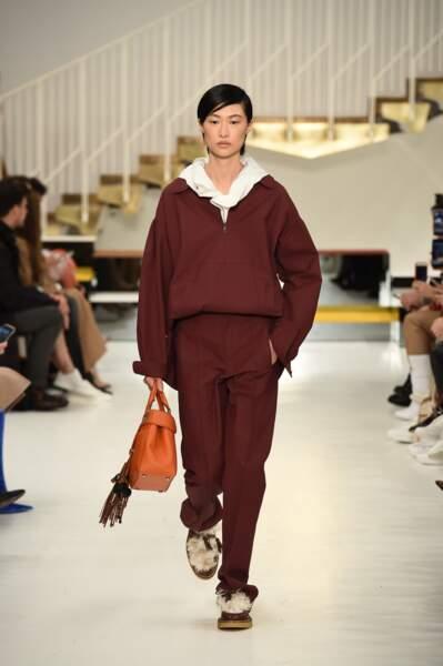 Du orange et une forme classique : voilà ce qui rend le look sportswear de Tod's un incontournable du chic.