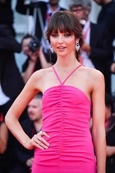 Annabelle Belmondo moule sa silhouette gracile dans cette robe longue et très féminine