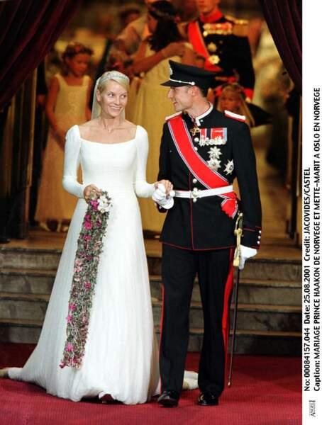 Mette-Marit (dans une robe dessinée par la maison Ove Harder Finseth) épouse le prince Haakon de Norvège en 2001