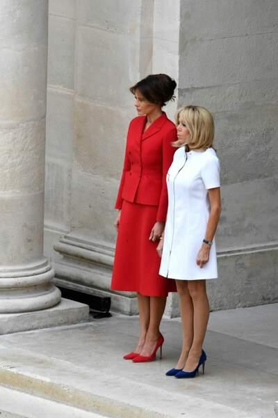 Melania Trump, en ensemble rouge Dior, avec Brigitte Macron à l'hôtel des Invalides, le 13 juillet 2017