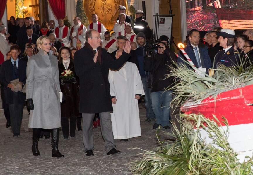 Comme le veut la tradition, le prince Albert II embrase la barque symbolique avec son épouse