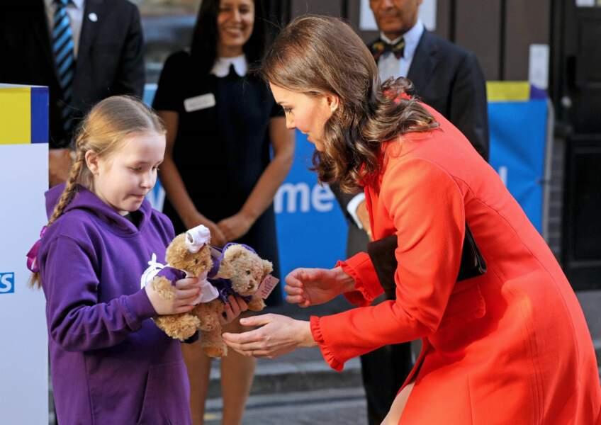 Kate Middleton a été accueillie par une jeune fille qui lui a offert une peluche, mercredi 17 janvier