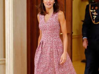 PHOTOS - Letizia d'Espagne sublime en robe d'été colorée et décolletée