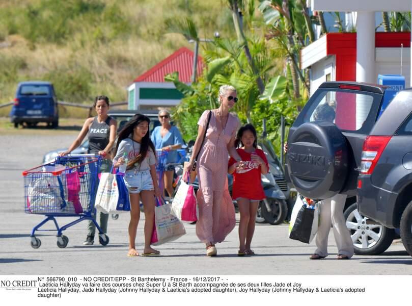Laéticia Hallyday va faire des courses chez Super U à St Barth accompagnée de ses deux filles Jade et Joy