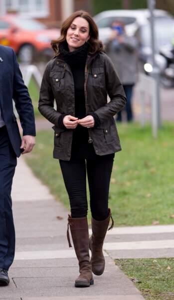 Novembre 2017, Kate Middleton enceinte de son 3ème enfant, chausse ses bottes pour visiter une école