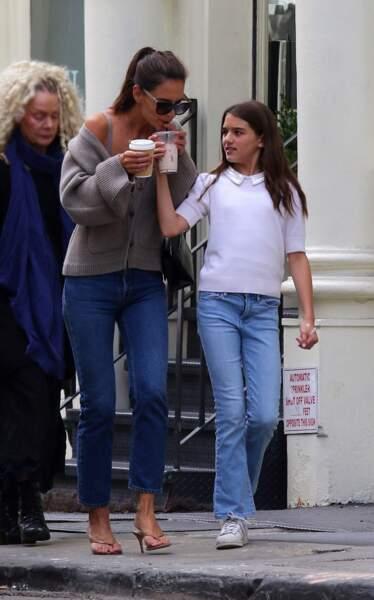 Katie Holmes et sa fille Suri Cruise complices et assorties en jean