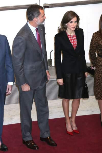 Le roi Felipe VI et la reine Letizia d'Espagne se tiennent presque la main