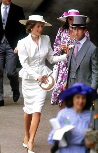La princesse Diana en tailleur crème peplum lors du Royal Ascot, en juin 1986