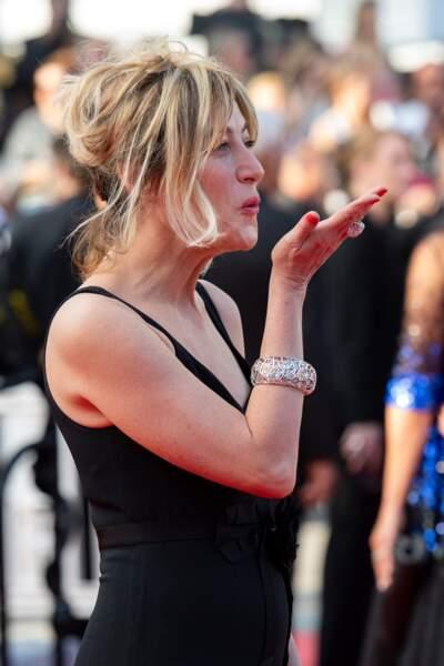 À Cannes, Valeria Bruni Tedeschi envoie un baiser à la foule