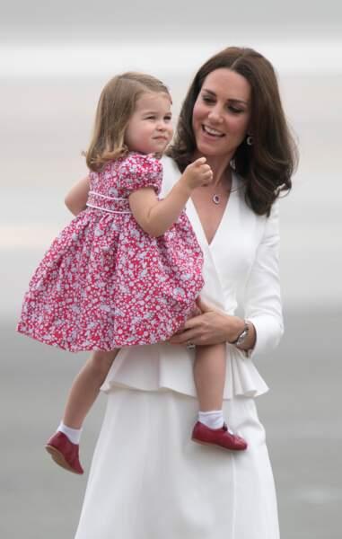 Charlotte dans les bras de Kate à leur arrivée à l'aéroport de Varsovie le 17 juillet 2017