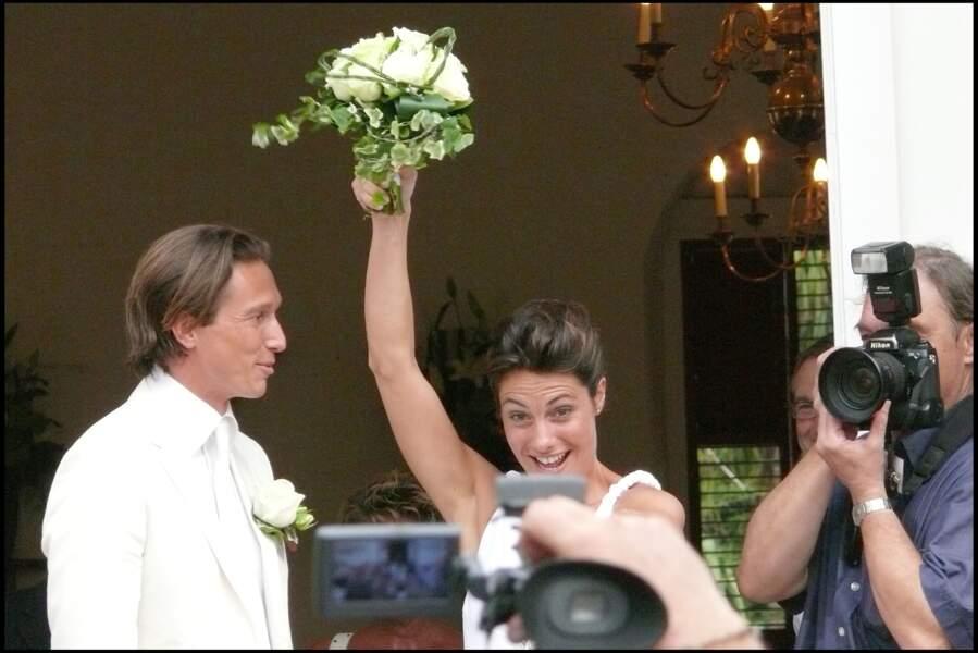 Alessandra Sublet et Thomas Volpi saluent leurs amis qui ont assisté à leur mariage