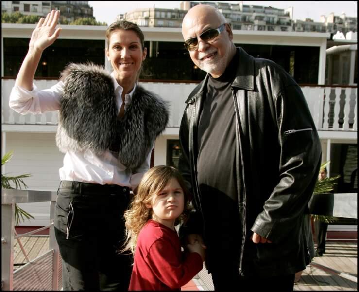Céline Dion, René Angélil et René-Charles passent une journée sur la Seine à Paris, en 2005