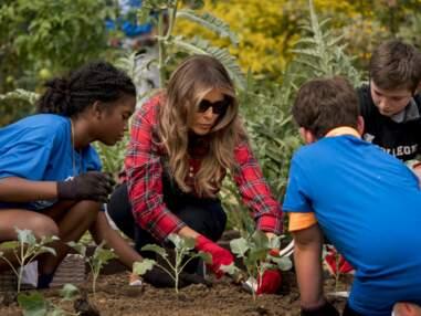 Melania Trump en chemise à carreaux, gants et basket pour jardiner