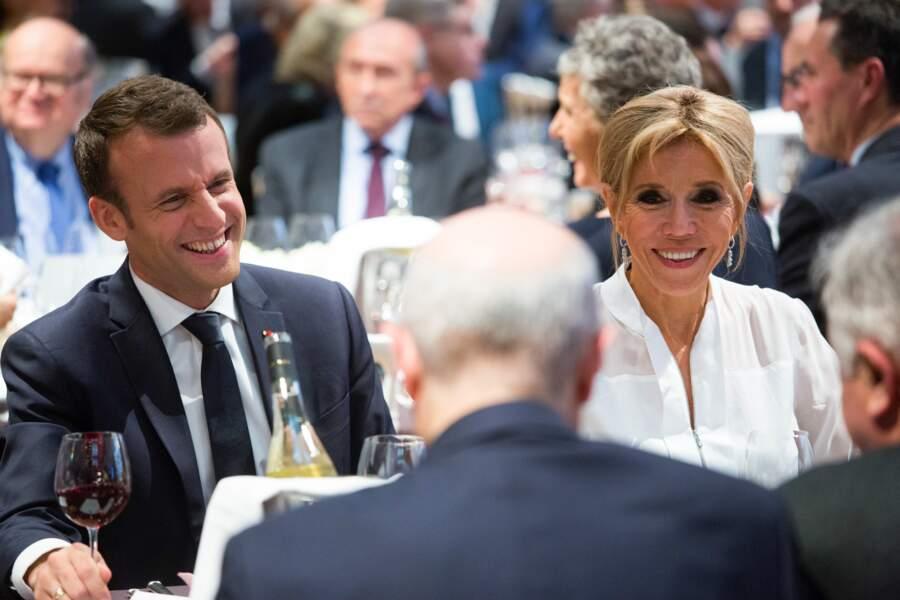Brigitte Macron, très chic et souriante aux côtés de son mari Emmanuel Macron