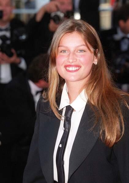 Laetitia Casta monte les marches du 52 ème festival de Cannes en 1999