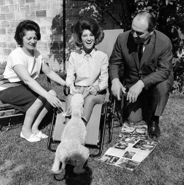 LA CHANTEUSE SHEILA ET SES PARENTS EN 1964