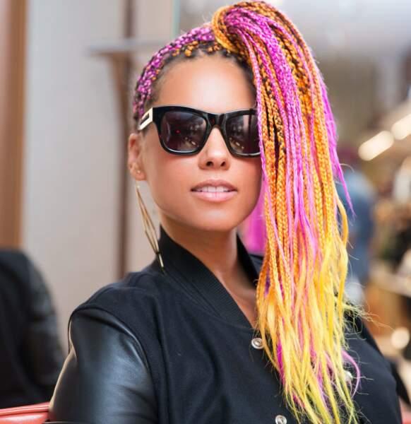 Pour éviter la décoloration, Alicia Keys a opté pour des rajouts rose et jaune qui donnent du pep's à ses tresses.