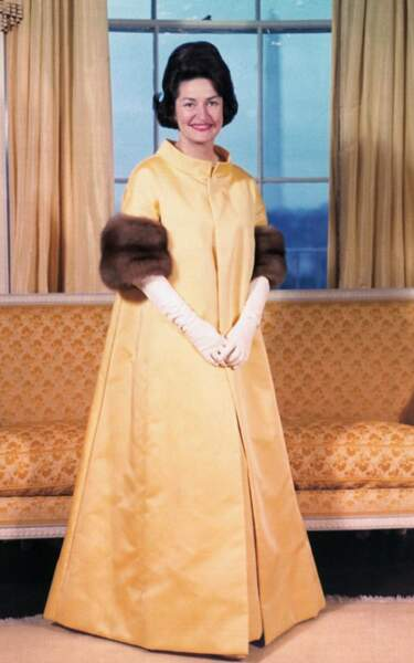 1965 : Lady Bird Johnson en robe de satin jaune par John Moore