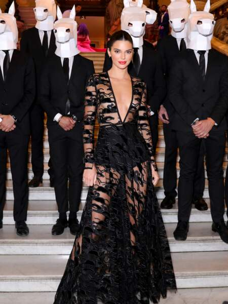 Un short taille haute habille la taille de Kendall Jenner, sous une robe en transparence, aussi stylée que osée.