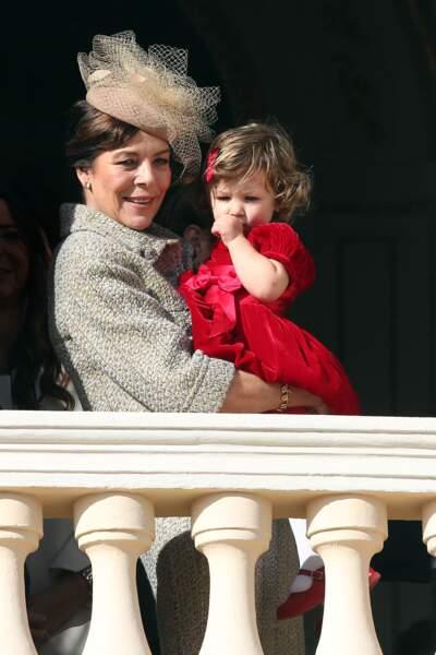 La prince Caroline de Monaco ravie de câliner sa petite fille