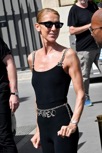 Autour de sa taille, une ceinture également signée Chanel mettait en valeur son ventre plat