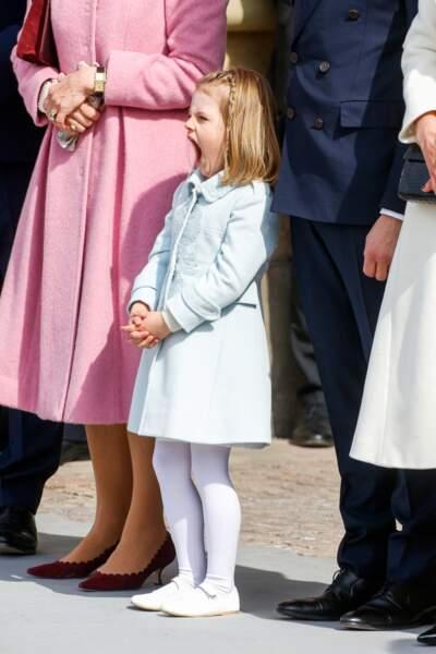 Estelle ne cache pas son ennui en regardant la parade militaire en l'honneur de son grand-père, le roi de Suède