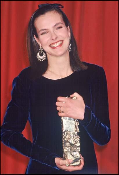 """Carole Bouquet en robe en velours bleu nuit, remporte le César en 1990 pour """"Trop belle pour toi"""""""