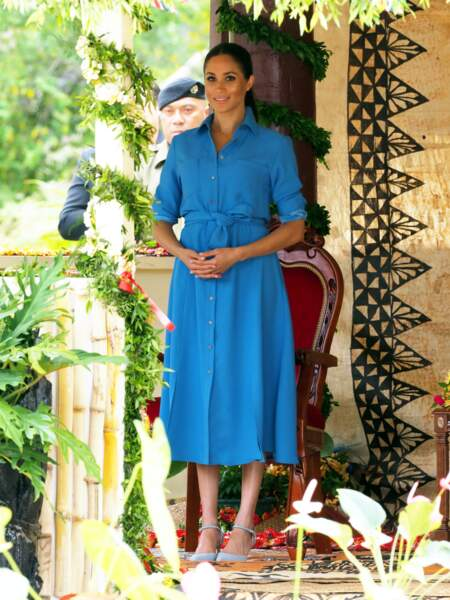 meghan Markle radieuse dans sa robe cintrée Veronica Beard.