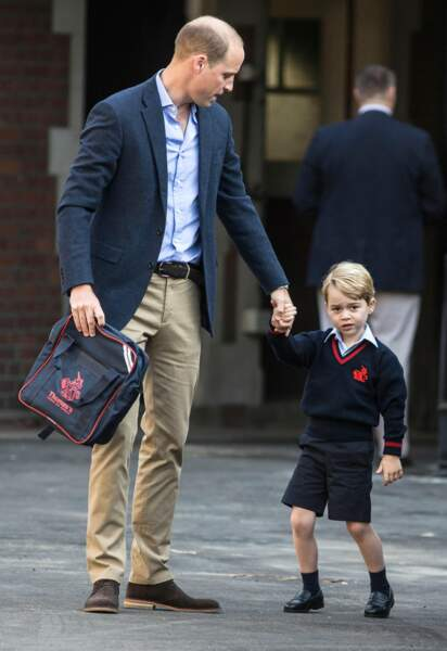 Le Prince William chic décontracté avec son fils le Prince George pour son premier jour d'école