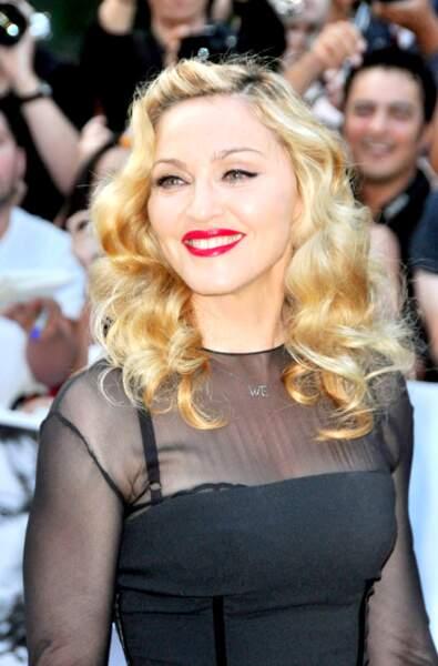 Cheveux longs bouclés et les lèvres ultra rouges : le look très glamour de Madonna à Toronto en 2011